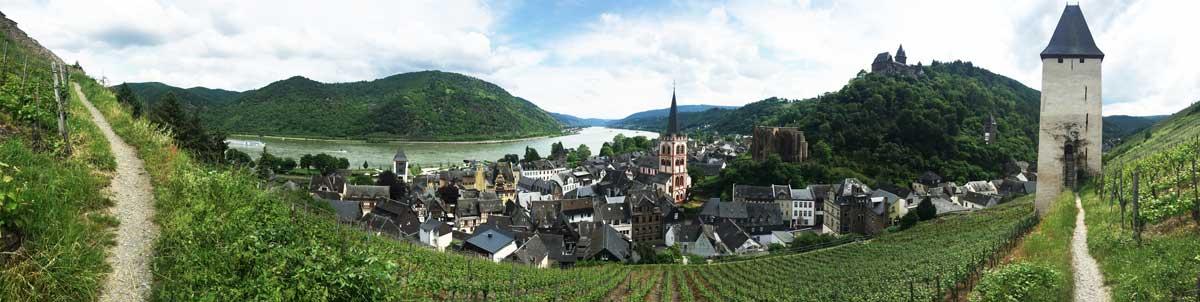 Panorama von Bacharach eingebettet ins Mittelrheintal