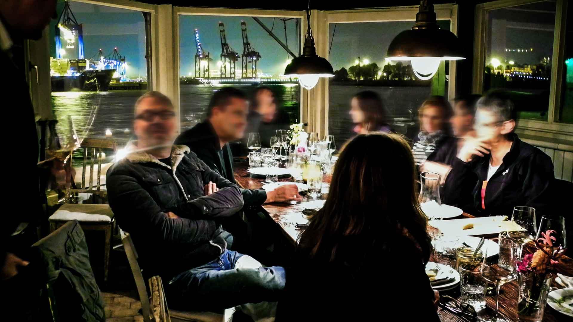 Carsten Laades Weinbühne am Hamburger Hafen bei Nacht